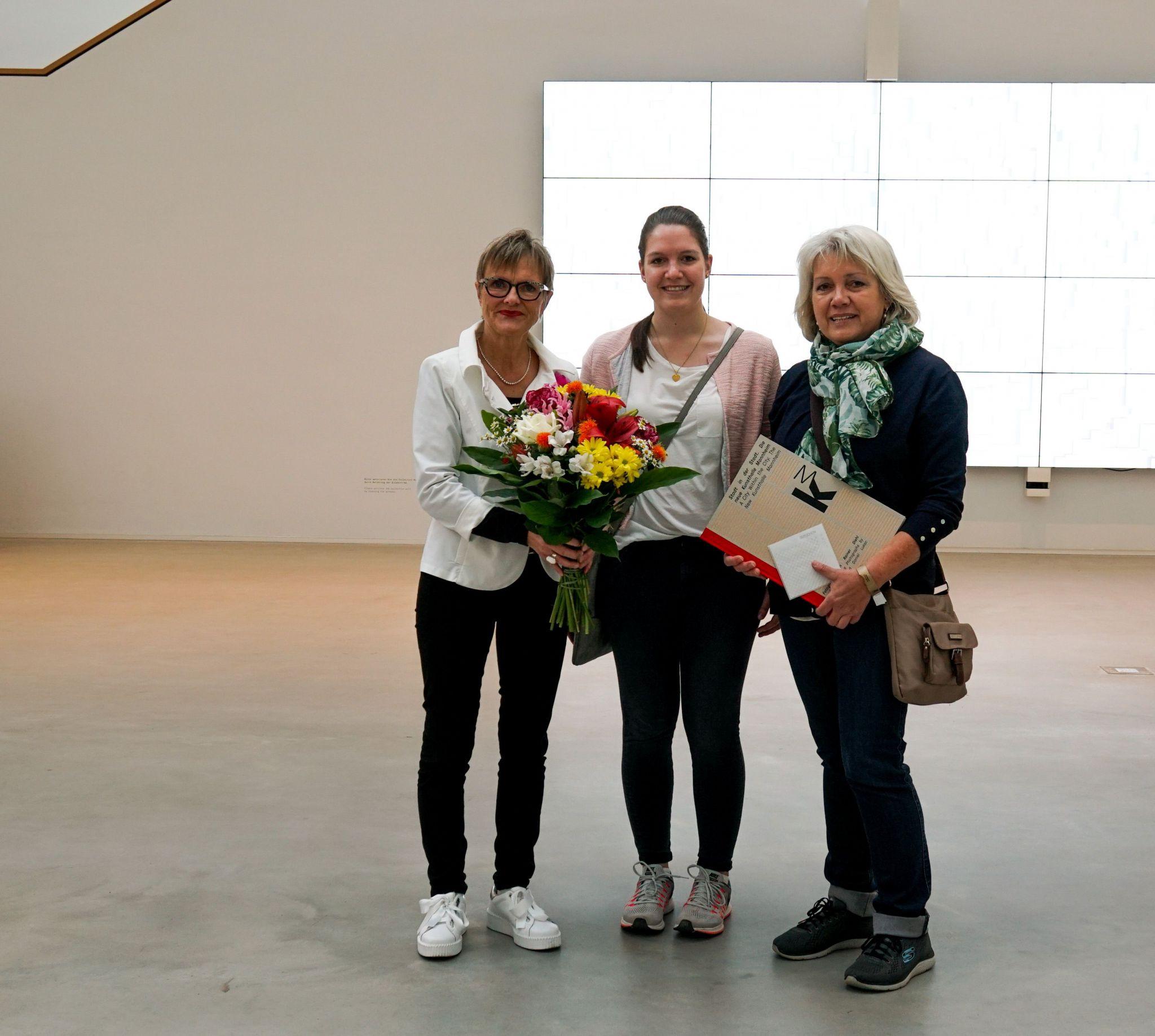 Dr. Ulrike Lorenz begrüßt die 100.000 Besucherin Petra Paweletzki mit ihrer Tochter Meike (Foto: Kunsthalle Mannheim/ Heiko Daniels)