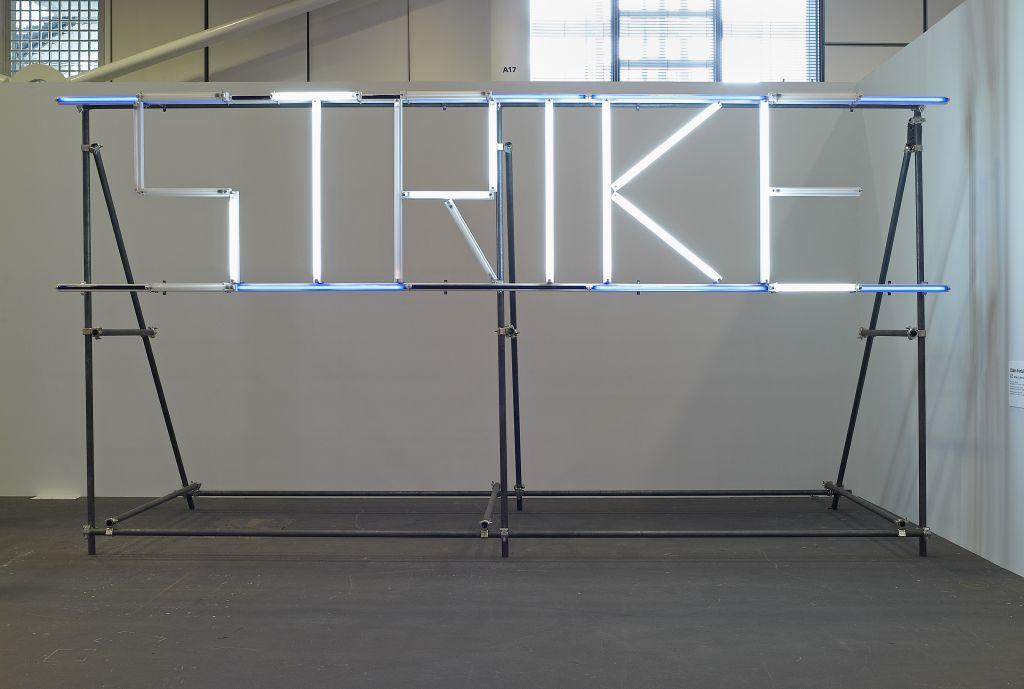 Claire Fontaine: Strike (K. font V.II) 2005–2007, Metallrohre, blauer Gelatinefilter, Leuchtstoffröhren, Bewegungssensoren, Courtesy Collection Antoine de Galbert, Paris,  © Foto: Marc Domage