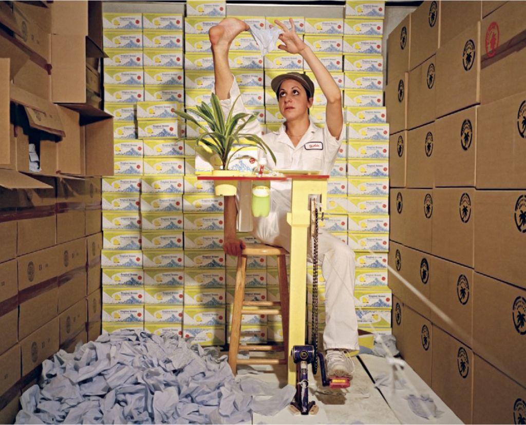 Mika Rottenberg: Tropical Breeze, 2004, Mixed-Media-Videoinstallation, Sperrholz, Karton, Kosmetiktücher, Video, 3:45 min, © Mika Rottenberg Courtesy Andrea Rosen Gallery, New York and Julia Stoschek Collection
