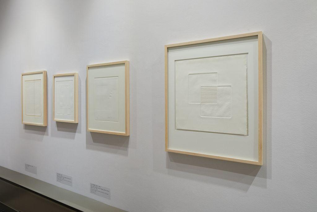 """Ausstellungsansicht """"Drucken ohne Farbe – Graphische Experimente ab 1960"""" mit Werken von Fritz Koenig, Vera Isler-Leine und Rolf Kissel, Foto: Kunsthalle Mannheim / Rainer Diehl"""