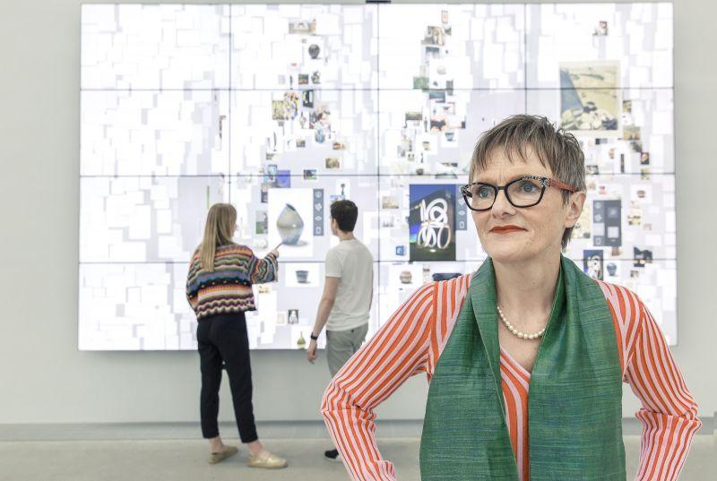 Dr. Ulrike Lorenz, Direktorin der Kunsthalle Mannheim, vor der Collection Wall im Atrium des Neubaus, Foto: Kunsthalle Mannheim/ Dietrich Bechtel