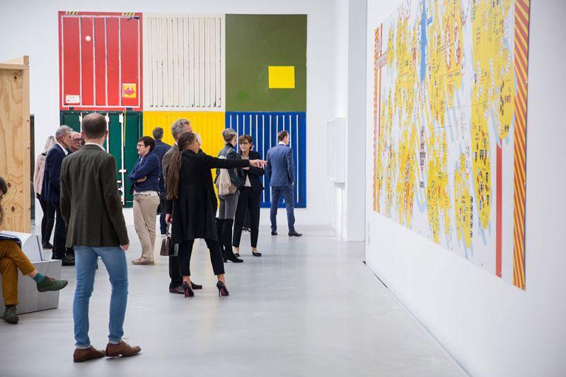"""Blick in die Ausstellung """"Konstruktion der Welt. Kunst und Ökonomie – 2008-2018"""" auf Ebene eins des Neubaus Foto: Kunsthalle Mannheim/ Maria Schumann"""